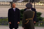 Глава почетного караула рядом с Януковичем едва не отрубил себе голову