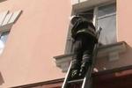 Киевляне массово блокируют двери и не могут выбраться из своих квартир