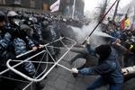 Милиция оттеснила митингующих на Европейской площади, чтобы возобновить движение