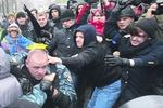 Евромайдан в Киеве: Митингующие штурмовали Кабмин, ломали машины и просили носки