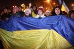 Митингующие на Европейской площади  греются возле самодельных костров и слушают украинские песни