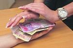 Украинцы стали больше работать, а зарплата выросла на 22 грн