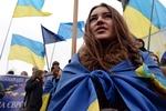 Возле Украинского дома раздают теплую одежду