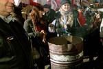 Митингующие на Европейской площади греются возле бочек и едят сало