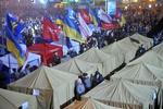 Митингующие собирают свои вещи и продолжают перемещаться на Майдан
