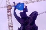 """Киевские памятники """"вооружили"""" европейскими флагами"""