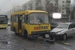 Напротив ЗАГСа в Киеве маршрутка с пассажирами столкнулась с автомобилем