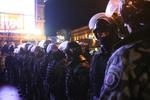 """Евромайдан: демонстранты в флагах и оцепление """"Беркута"""""""