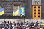 """Мимо окруженного активистами Кабмина ездят автобусы """"Беркута"""" без номеров"""
