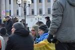 На Майдане растет палаточный городок, а киевляне несут чай и картошку