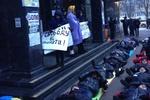 Под Генпрокуратурой лежат несколько десятков людей