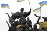 Парень на Майдане пел гимн Украины прямо на памятнике
