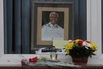 К посольству ЮАР в Киеве несут цветы и свечи в память о Манделе