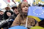 На Майдане носят дрова и жгут костры