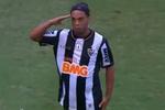 Роналдиньо вернулся на поле и забил супер-гол со штрафного
