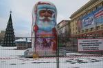 В Харькове поставили елку-арестантку и гигантского Деда Мороза