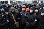 К зданию КГГА прибыли бойцы внутренних войск, митингующие строят баррикады