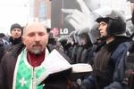 """На Майдане священник благословил каждого силовика, чтобы """"не было крови"""""""