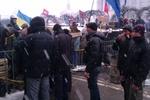 Митингующие на Майдане укрепляют свои баррикады