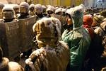 Сотни правоохранителей оттесняют митингующих от здания Кабмина