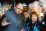 Как Кэтрин Эштон прогуливалась по Майдану под ручку с Яценюком
