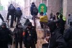 На Майдане разбирают баррикады возле Дома профсоюзов