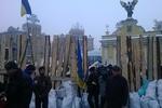 Митингующие построили трехметровый забор на Майдане
