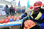 На Майдане раздают каски-писанки и продают европончики