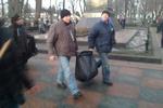 Активисты с Евромайдана устроили уборку в Мариинском парке