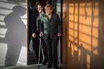 Меркель пришла на заседание правительства на костылях