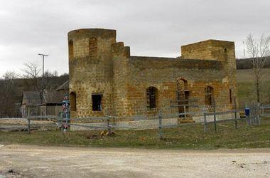 <p><span>Церковь у дороги. Приезжие не верят, что ее пенсионер строит сам. Фото:Zverozub.com</span></p>