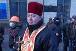 На Грушевского пришел священник с крестом