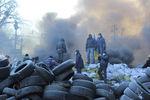 """Шестой день противостояний на Грушевского: мороз и солнце, фото на грудах шин и """"Беркут"""" в дыму"""