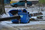 В Одессе фонарный столб рухнул на мусорный бак