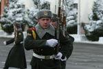 В Минобороны решили военнослужащим повысить зарплату вдвое