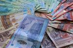 Из-за девальвации в Казахстане закрываются обменники и останавливается торговля