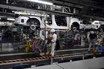 """Работники автозаводов в Японии требуют платить им пять """"лишних"""" зарплат в год"""