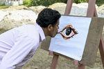 Индийский художник пишет картины языком