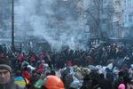 Майдан и Антимайдан столкнулись возле Мариинского парка – в ход пошли дымовые шашки