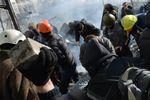 Силовики окружили Майдан и разбирают основную баррикаду