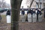 В Днепропетровске женщины с барабанами митингуют под ОГА, а порядок охраняет милиция со щитами