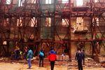 Митингующие разбирают для строительства баррикад старое здание на Михайловской