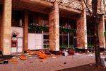 Из окон Дома профсоюзов летят тумбочки и куски диванов