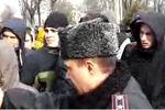 Сотня харьковчан блокирует выезд внутренних войск