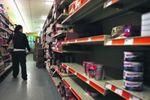 Киевляне в панике разметают продукты из супермаркетов