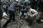 На Майдане активно разбирают тротуар и возводят новую баррикаду