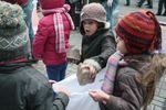 День на Майдане в фотографиях: женщины приносили еду и бутылки, а дети собирали камни