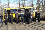 В Харькове на съезде звучат песни Высоцкого, а на митинг властей пришли мужчины в касках