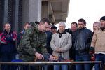 К крымскому парламенту принесли автоматы