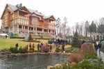 Панорама вокруг дома, где жил Янукович: пруд с фонтаном и парк